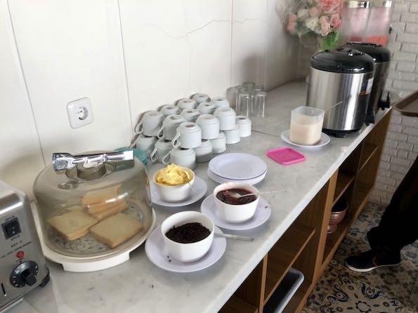 heytheregrace.com | Hotel Besar Purwokerto - Breakfast (Roti, Teh, Kopi, dan Juice Jambu)