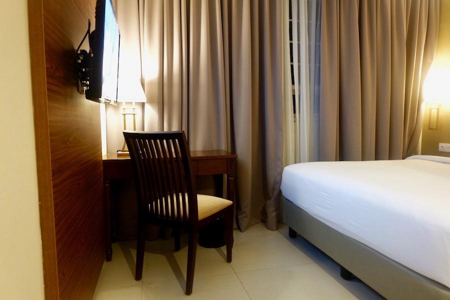 heytheregrace.com | Road Trip Tol Trans Jawa | Review Hotel Kokoon Surabaya : tempat tidur, meja dan jendela kamar